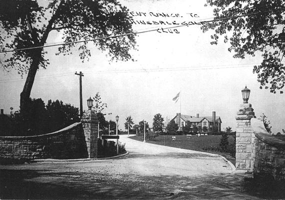Hinsdale golf club's front gates in black and white.